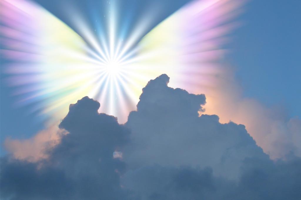 Engel in regebogenfarbenen Flügeln am Himmel